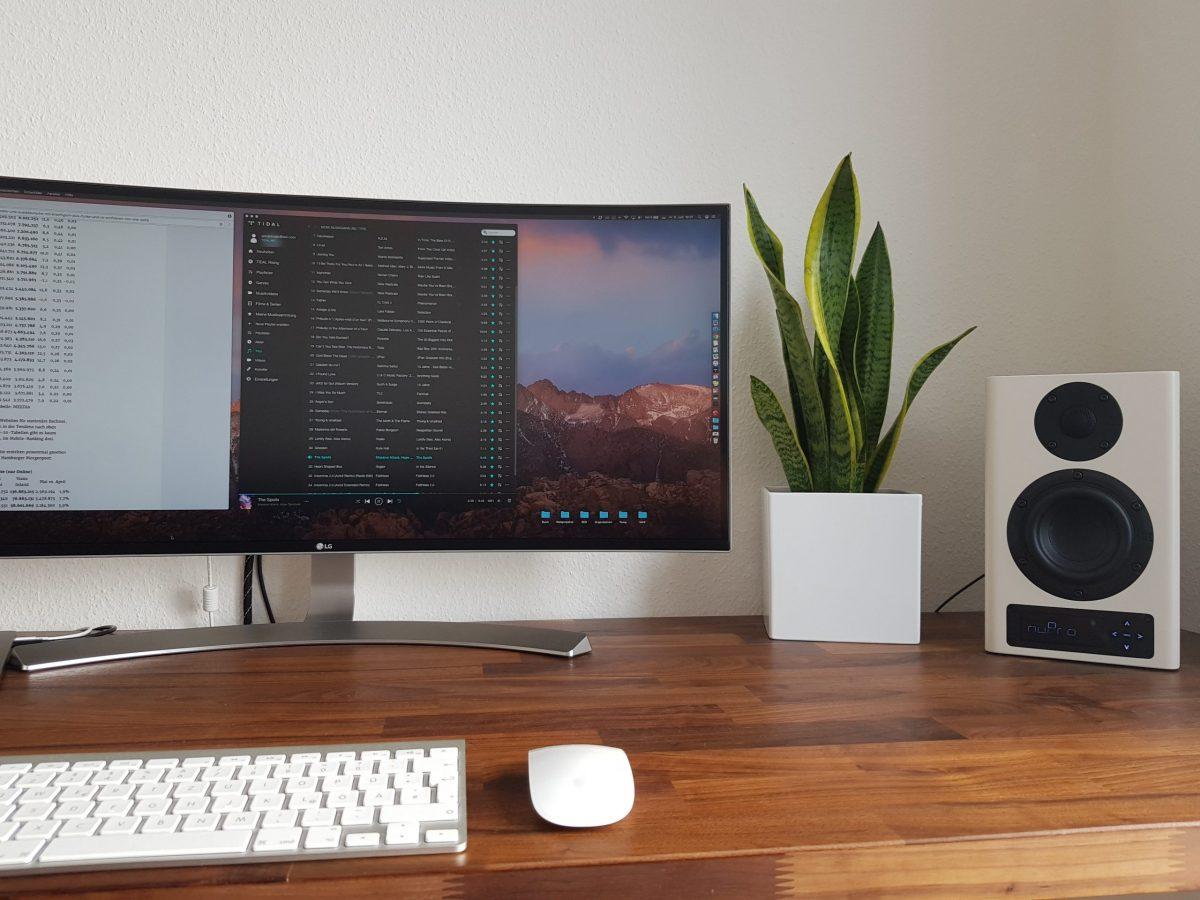 Der beste Klang für den Tisch: Die Apple AirPodsPro müssen sich mit den A100 von Nubert messen.